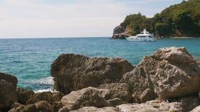 Weiße Yacht in der Bucht montenegro stock video footage