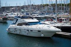 Weiße Yacht in der Seebucht, Hafen, Plymouth, Devon, Vereinigtes Königreich, am 23. Mai 2018 lizenzfreie stockfotos