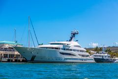 Weiße Yacht festgemacht in Intracoastal Lizenzfreies Stockbild