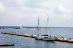 Weiße Yacht im Hafen und im Leuchtturm Stockfotografie