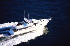 Weiße Yacht im Meer Stockfoto