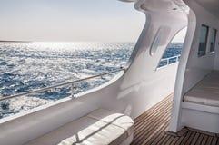 Weiße Yacht im Meer Lizenzfreies Stockfoto
