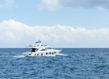 Weiße Yacht im Meer Stockfotografie