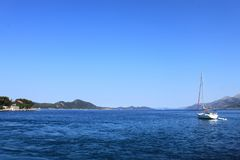 Weiße Yacht im Meer gegen den Himmel und die Berge Dubrovnik, Kroatien stockbilder