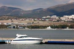 Weiße Yacht am Seeliegeplatz Stockbild