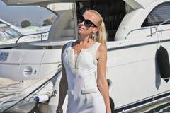Weiße Yacht und ein blondes Stockbild