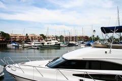 Weiße Yacht verankerte am Pier Stockbilder