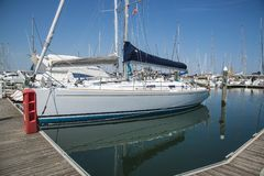 Weiße Yachten im Hafen warten Rimini, Italien Stockfotografie