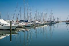 Weiße Yachten im Hafen warten Rimini, Italien Stockbild