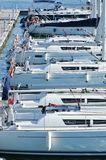 Weiße Yachten machten in Folge im Hafen fest stockbild