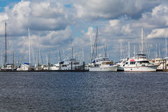 Weiße Yachten in Marina Under Clouds Stockbilder