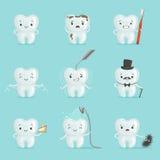 Weiße Zähne mit den verschiedenen Gefühlen, die für Aufkleber eingestellt werden, entwerfen Karikatur-ausführliche Illustrationen Lizenzfreie Stockfotos