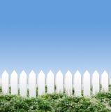 Weiße Zäune und blauer Himmel Stockfotografie