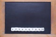 Weiße Zahl würfelt auf kleiner hölzerner gestalteter Tafel Lizenzfreies Stockbild