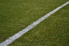 Weiße Zeile auf grünem künstlichem Rasen-Fußballplatz Stockfoto