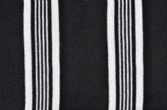 Weiße Zeilen auf schwarzem Gewebe Stockfotos