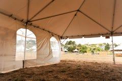 Weiße Zelte auf einem trockenen Gebiet draußen Stockfotografie