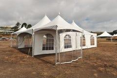 Weiße Zelte auf einem trockenen Gebiet draußen Stockbilder