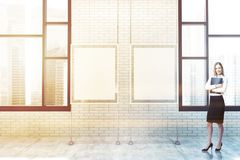 Weiße Ziegelsteinplakatgalerie, Fenster, Frau Lizenzfreies Stockbild