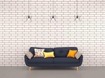 Weiße Ziegelsteinwand des Wohnzimmers mit Marinesofa Lizenzfreies Stockbild