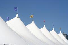 Weiße Zirkus-Zelte lizenzfreie stockfotografie
