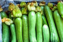 Weiße zucchinies stockfotos