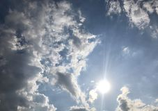 Weiße Zuckerwatte des Sommersonnenscheins lizenzfreie stockfotos