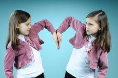 Weiße Zwillinge, die Inneres von den Händen erstellen lizenzfreies stockbild