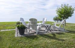 Weißer Adirondack-Stuhl durch den See #2 Lizenzfreie Stockbilder