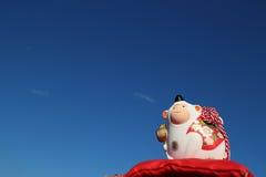 Weißer Affe des neuen Jahres im blauen Himmel Lizenzfreie Stockfotografie