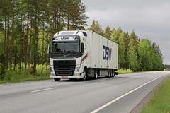 Weißer Anhänger-LKW Volvos FH auf der Straße Lizenzfreies Stockfoto
