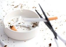 Weißer Aschenbecher mit zerstörter Zigarette, das Wörter ` ich hervorheben, verließ ` stockfotografie