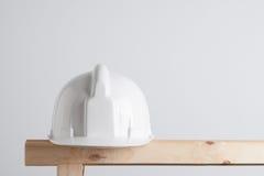 Weißer Aufbausturzhelm Stockfoto