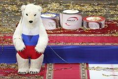 Weißer Bär und Podium des sportlichen Symbols für die Preise Lizenzfreie Stockbilder