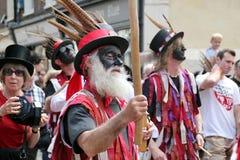 Weißer bärtiger geschwärzter Gesichtsvolkstänzer am Rochester-Schleifen-Festival Lizenzfreie Stockbilder