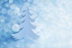 Weißer Büttenpapier-Weihnachtsbaum mit defocused Licht Stockbild