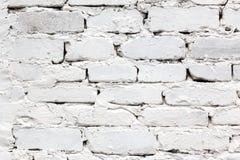 Weißer Backsteinmauerhintergrund mit großen Nähten und Gips Stockfoto