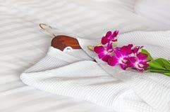 Weißer Bademantel auf dem Bett Stockbilder