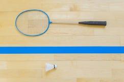 Weißer Badmintonfederball auf einem Hallenboden an den Federballplätzen Schließen Sie herauf Federbälle auf Schlägerbadminton an  stockfotografie