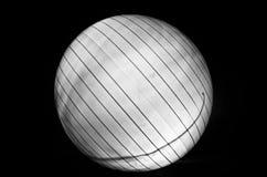 Weißer Ball auf schwarzem Hintergrund Stockfotografie