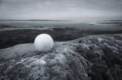 Weißer Ball in einer Landschaft Stockfotografie