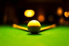 Weißer Ballsnooker mit dem Snooker mit zwei Stöcken stockfoto