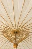 Weißer Bambusregenschirm Lizenzfreie Stockfotografie