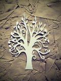 Weißer Baum Weiß schnitt Papier mit Blumen auf schwarzem Hintergrund Stockfotografie