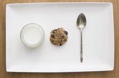 Weißer Behälter mit Jogurt und Plätzchen stockfotografie