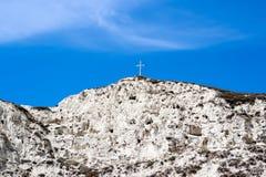Weißer Berg auf dem Hintergrund des hellen blauen Himmels. Lizenzfreie Stockfotos