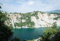 Weißer Berg um den grünen See Stockfotos