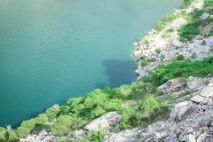 Weißer Berg um den grünen See Lizenzfreies Stockbild