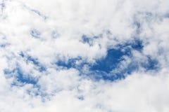 Weißer bewölkter Himmel mit blauen Bereichen Lizenzfreie Stockfotografie