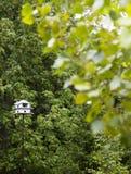 Weißer Birdhouse auf einem Polen Stockfoto